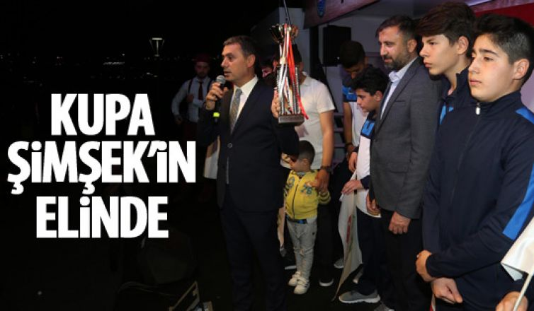Şampiyonlar kupayı Başkan Şimşek'e takdim etti