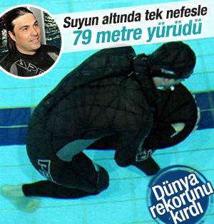 Su altında tek nefesle 79 metre yürüdü