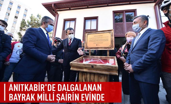 Anıtkabir'de dalgalanan bayrak milli şairin evinde